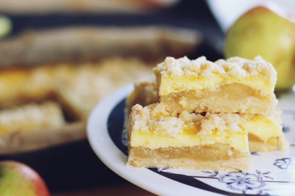 Kolač sa pudingom i jabukama